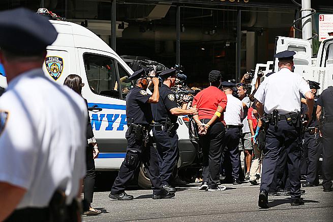 Här förs en av demonstranterna bort av polis efter att ha stoppat trafiken på 8:e avenyn. Foto: Erik Bergin