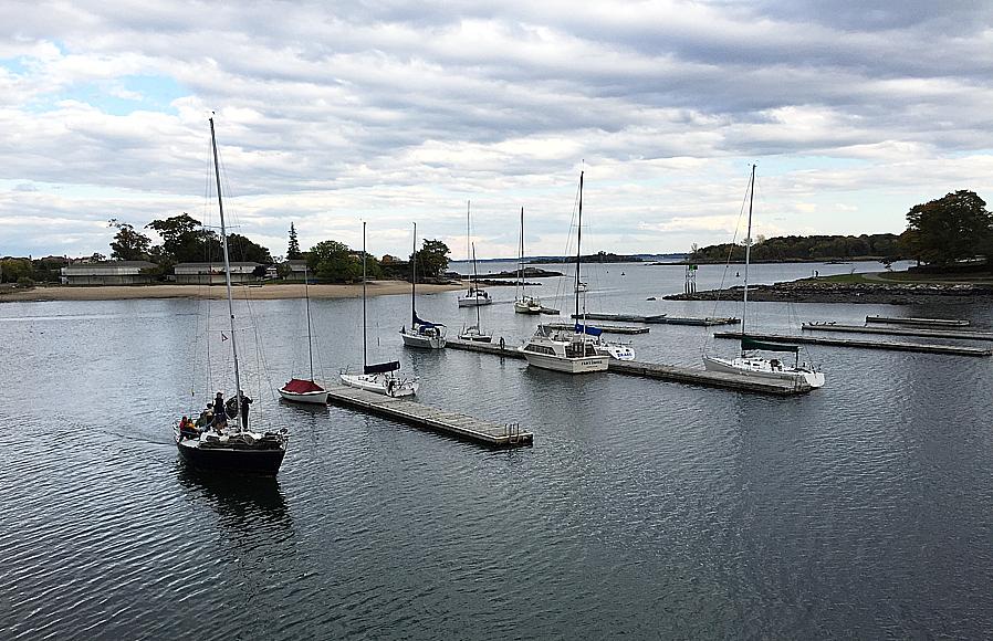 Småbåtsbryggor vid New Rochelle, strax norr om City Island. Notera att man behöver jolla för att ta sig till bryggan.