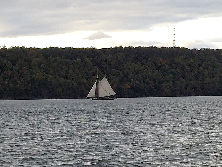 En gammal skuta segar sig sakta söderut på Hudsonfloden.