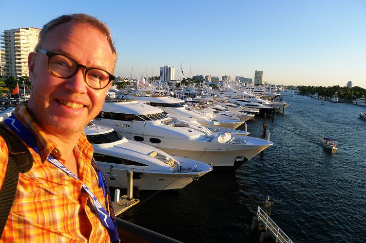 Ute på promenad: vy över båtmässan och Fort Lauderdales hamn.
