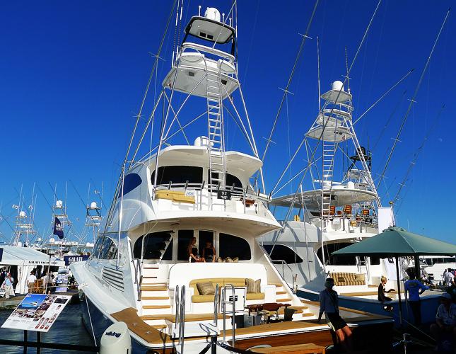 Amerikanska fritidsfiskebåtar i lyxversion, en Viking 92 till vänster och en Viking 70 till höger. 70:an fick jag gå ombord på.