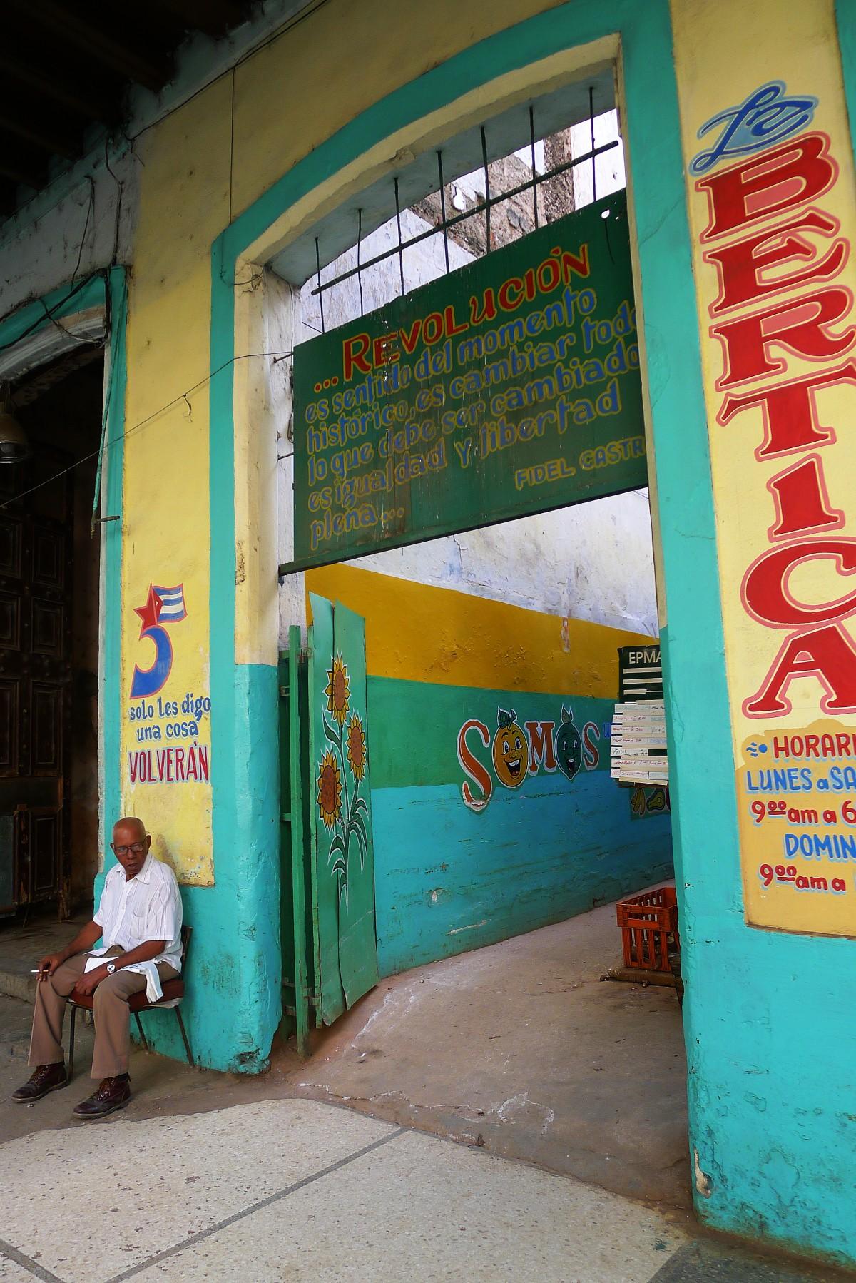 En statlig matmarknad i Havanna, med kommunistiskt budskap från Castro målat över porten. Foto: Erik Bergin