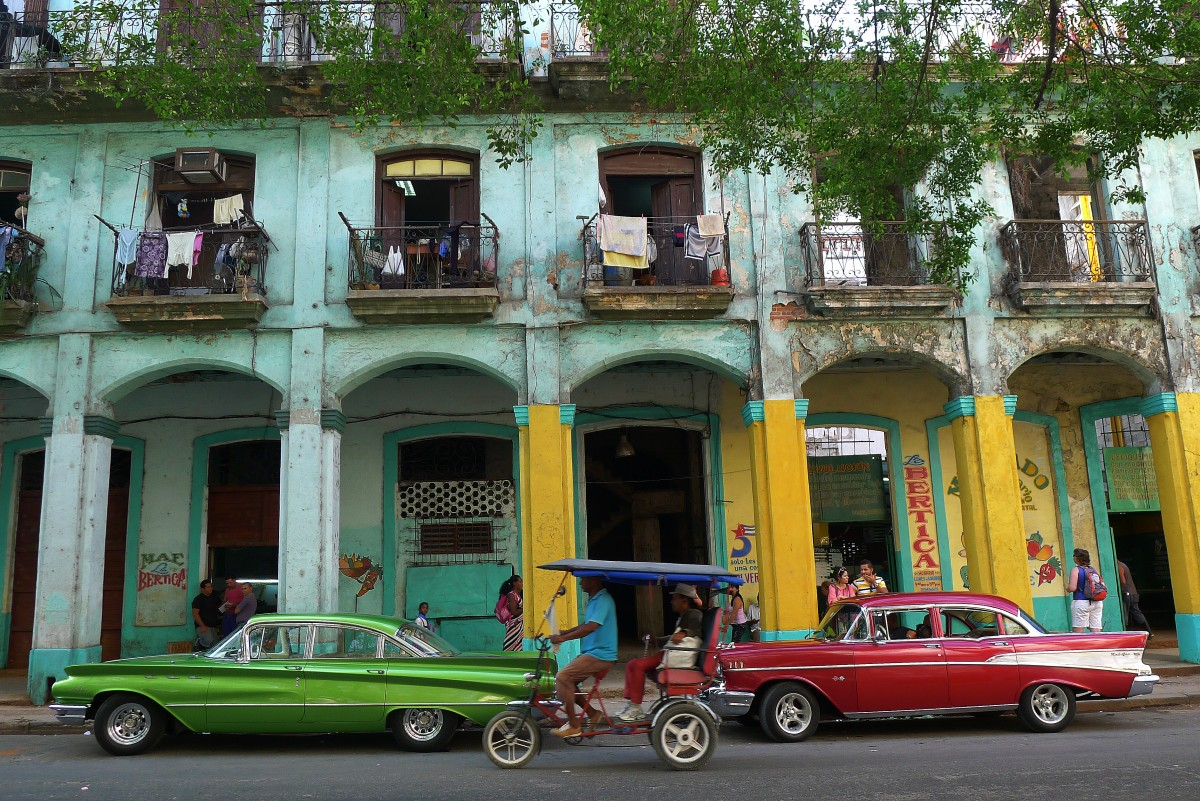 Gamla amerikanare parkerade på en gata i centrala Havanna. Foto: Erik Bergin