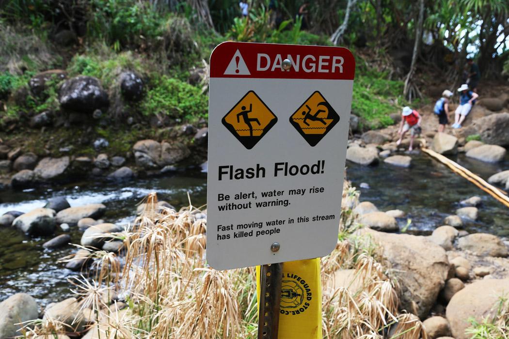 Så kallade flash floods kan höja vattennivån i bäcken på mindre än en minut.