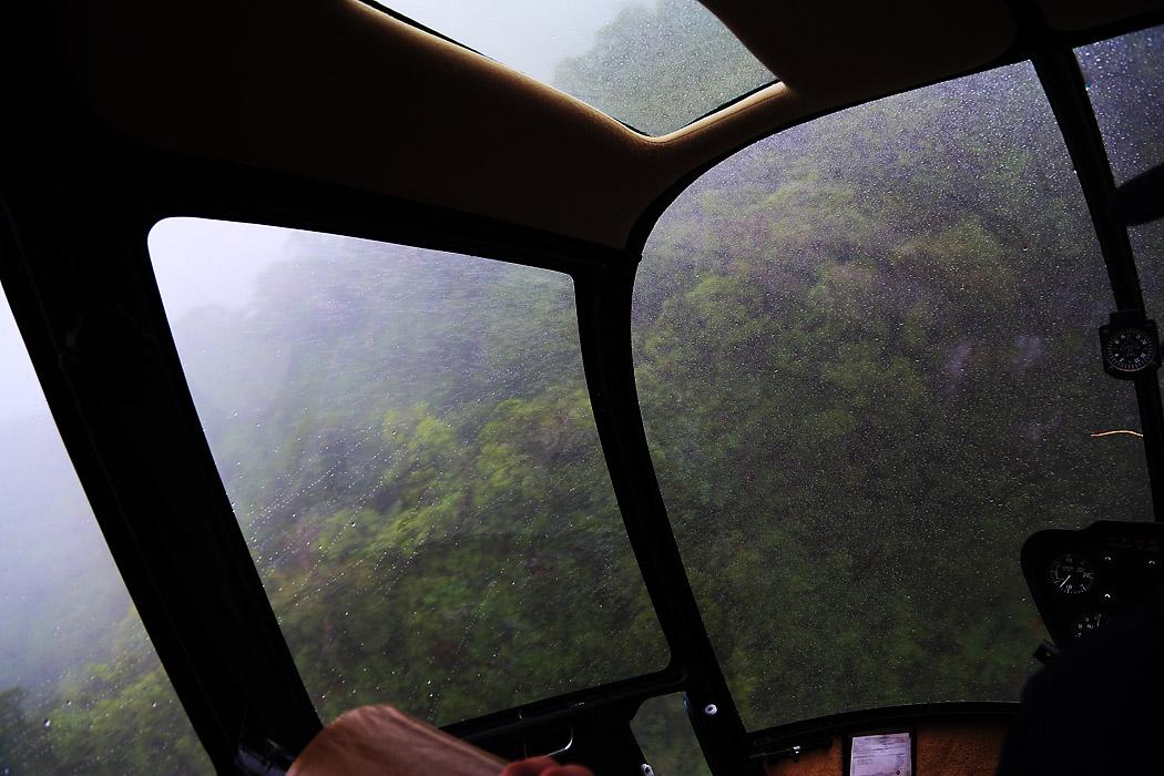 Här är det tajt: Piloten, Guy, svänger helikoptern fram och tillbaka i en 8-liknande rörelse medan han sjunker ned i talen för att behålla optisk kontakt med bergväggen.