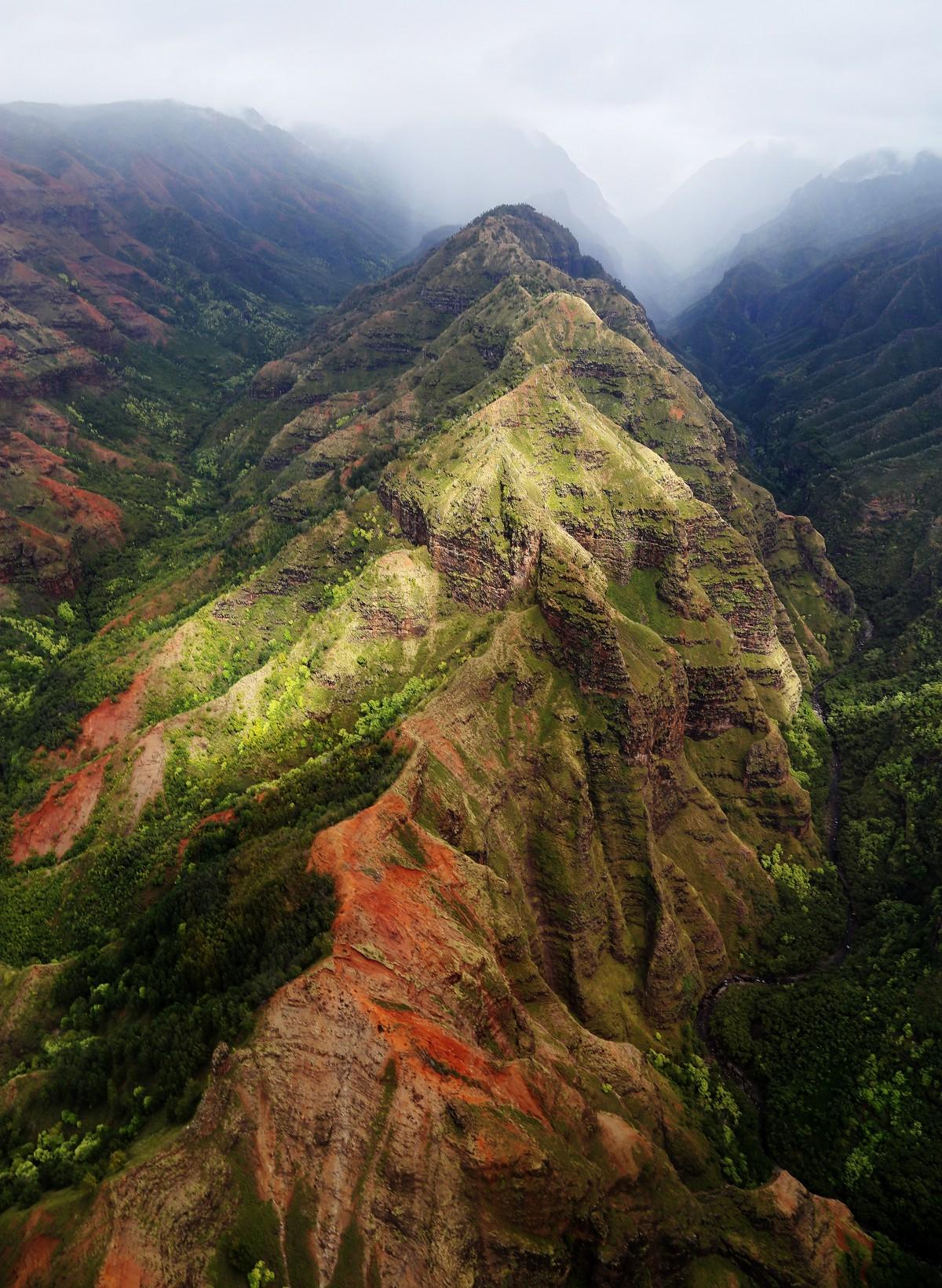 En bergskedja sträcker sig bort i dimman.