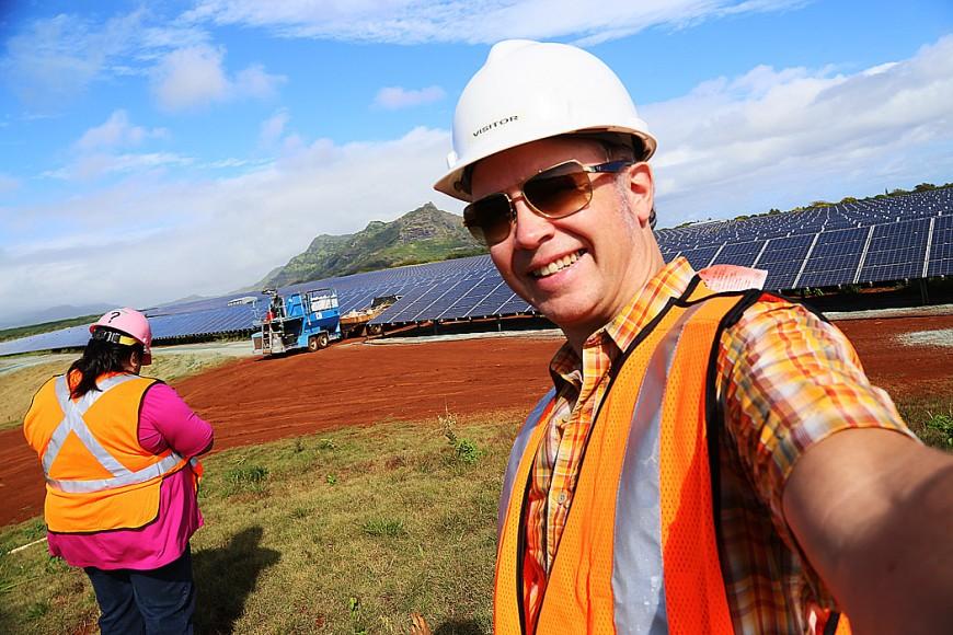 Erik ute på jobb i Hawaii.