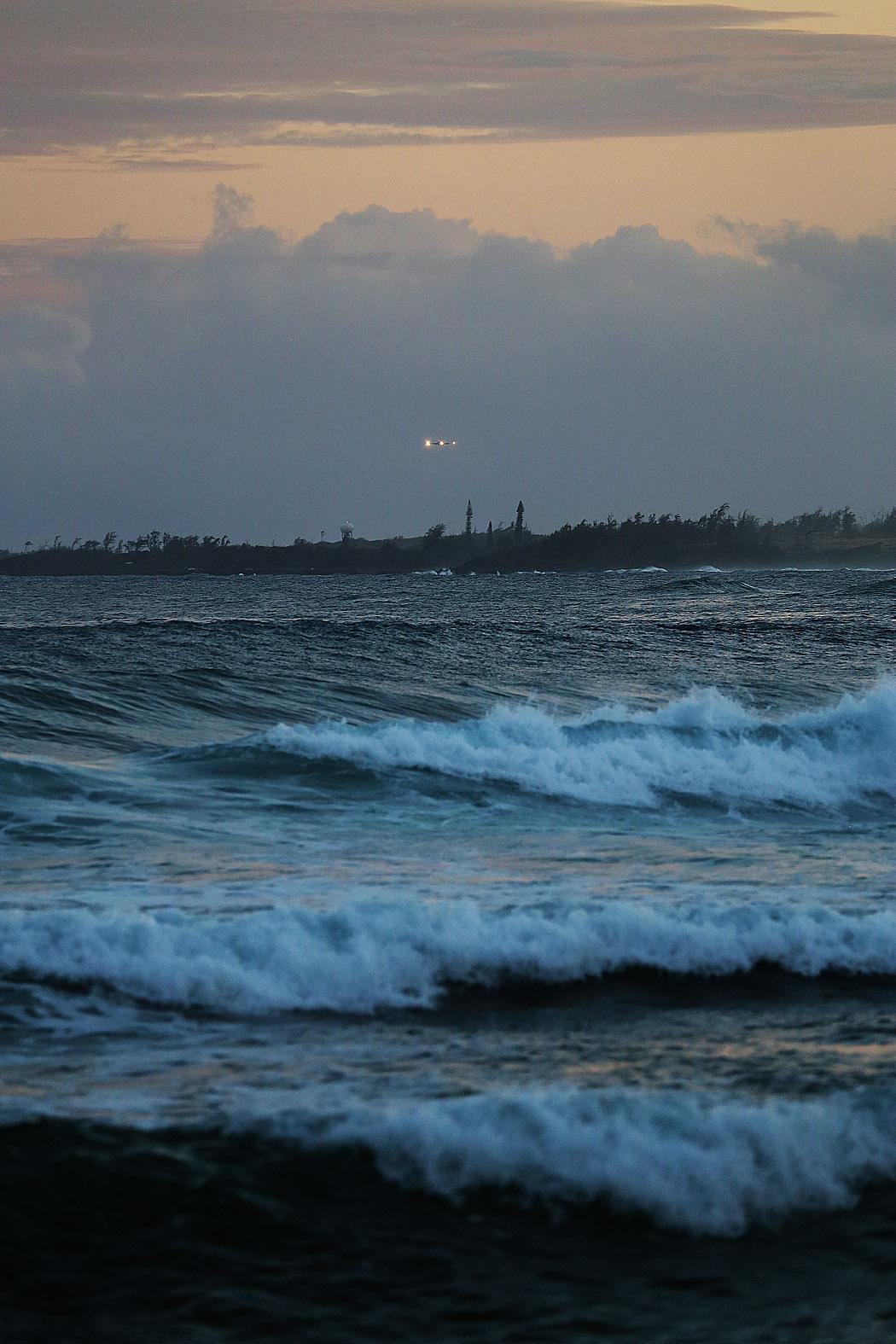 En kvällsflight går in för landning vid flygplatsen i Lihue, kauai.
