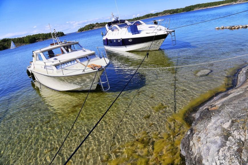 Förtöjd vid norra Nåttarö, juli 2013. Det är så långgrunt att man får vada iland från båten.