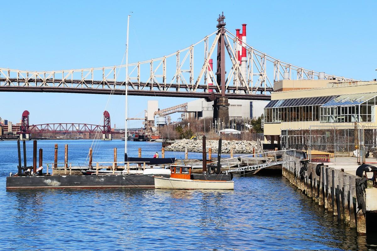 En fin liten motorbåt ligger förtöjd bredvid restaurangen Water's Edge i Queens. Foto: Erik Bergin