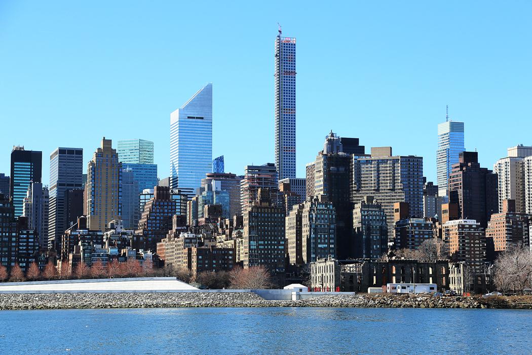 Manhattans skyline håller på att förändras av sådana här extremt höga och smala lyxbostadshus, det här ligger strax söder om Central Park. Foto: Erik Bergin