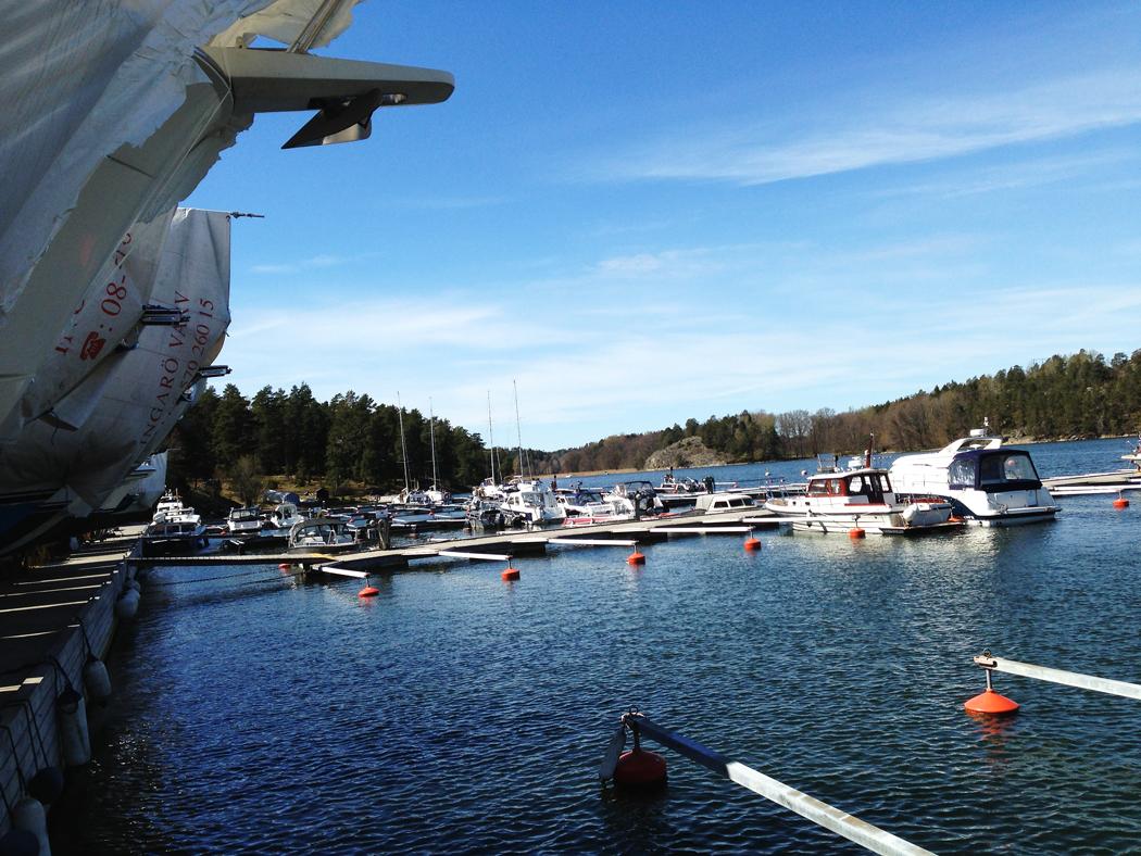 Ingarö Varv. Ett 15-tal båtar är i, men desto fler ligger kvar orustade under presenningarna på kajen.