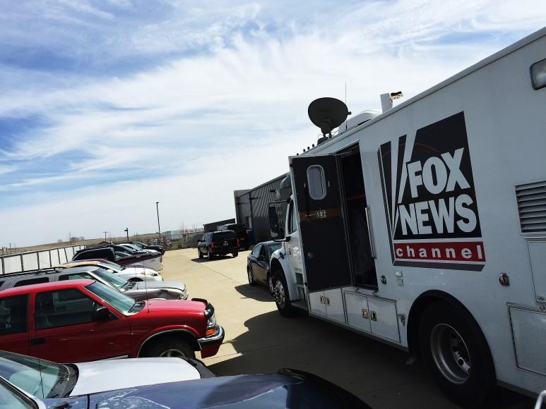 En Fox News-buss som av outgrundlig anledning tillåtits parkera bakom staketet.