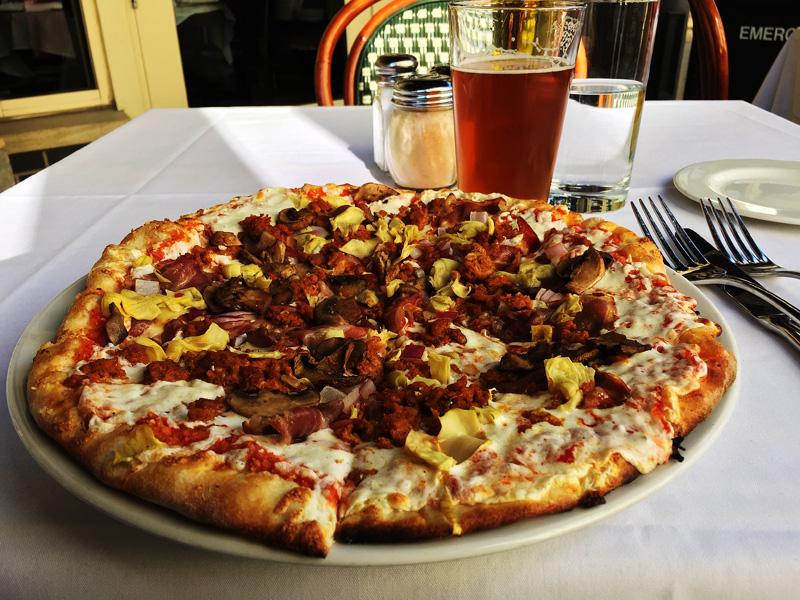 En makalöst god pizza på restaurangen Centro, som av hotellportiern utnämnts till delstatens bästa.