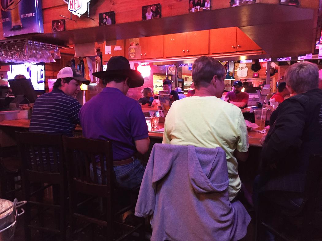 Cowboyhatt vid baren på ett steakhouse i Midland.