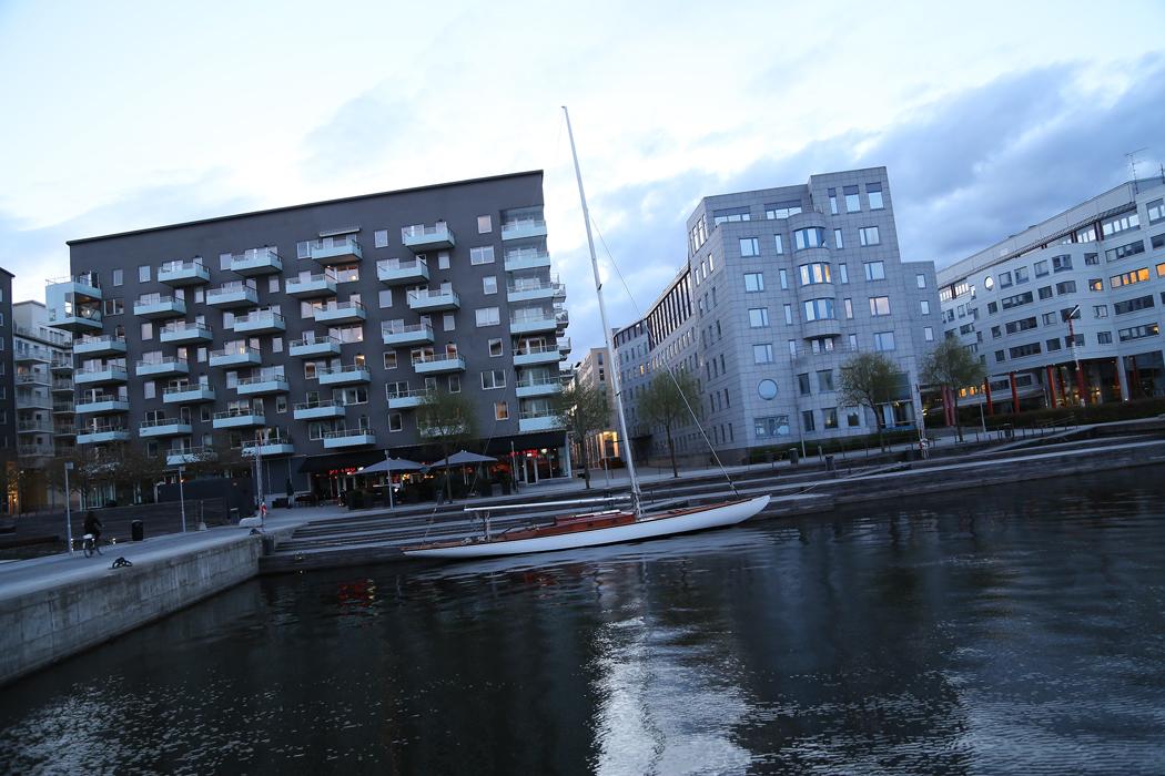 Kappseglaren förtöjd vid Liljeholmstorget.