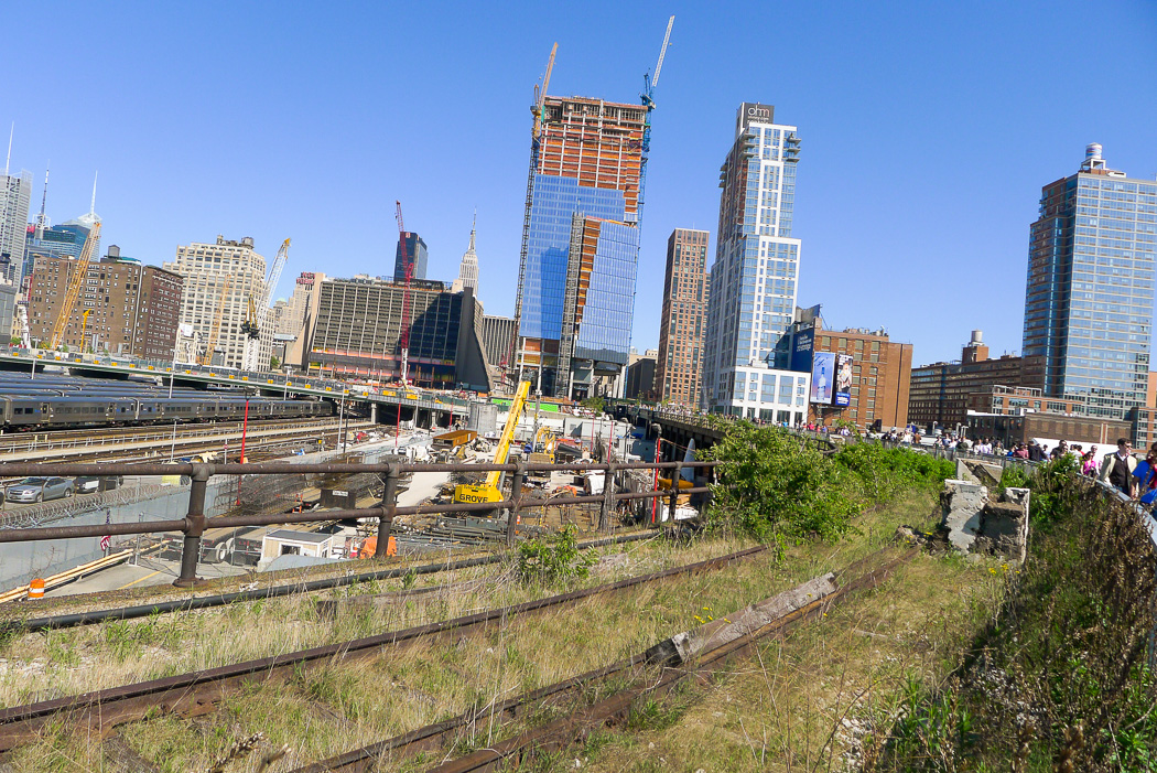 High Line, Memorial Day weekend 2015. Här byggs för fullt vid Hudson Yard.