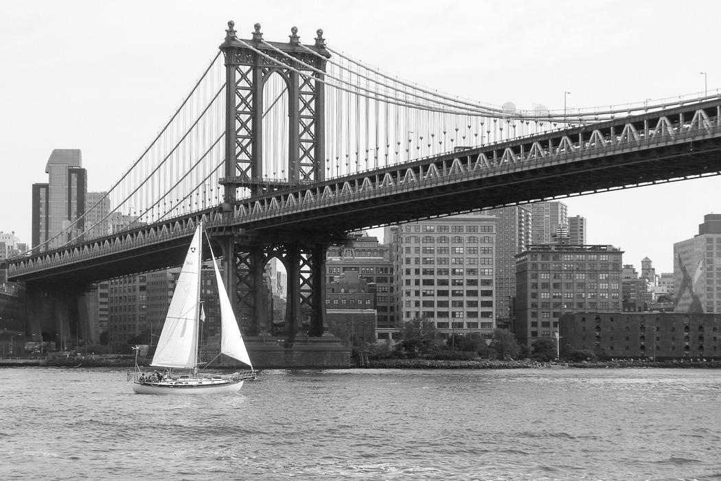En seglare kämpar sig uppför East River.