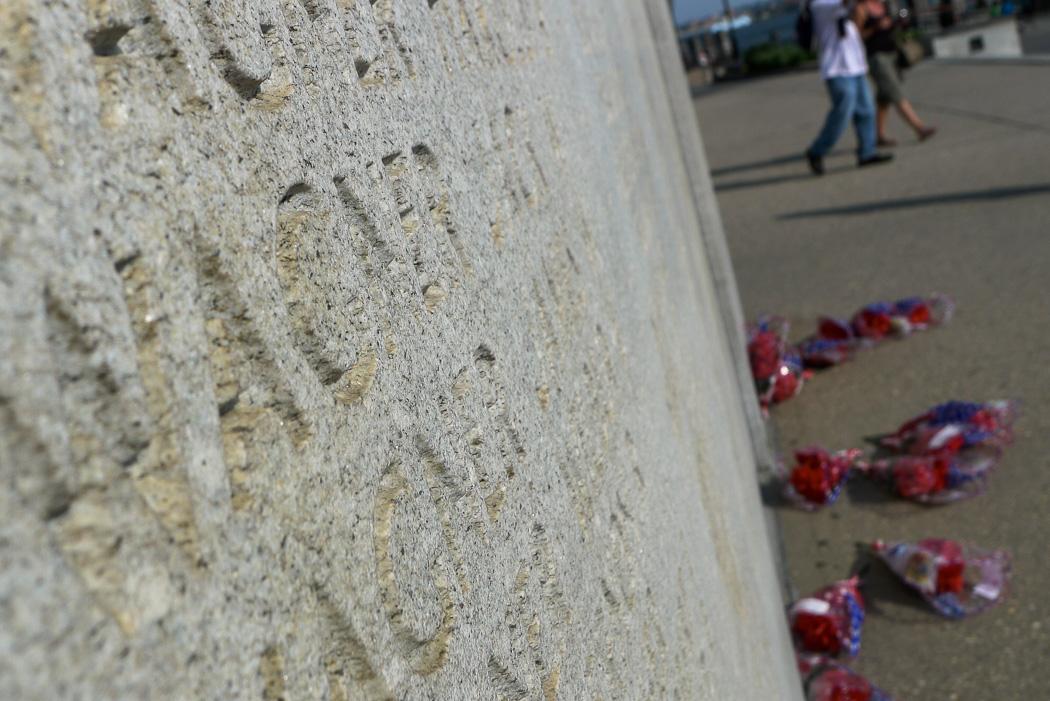 Kransar vid krigsmonumentet vid Battery Park, Memorial Day 2015.