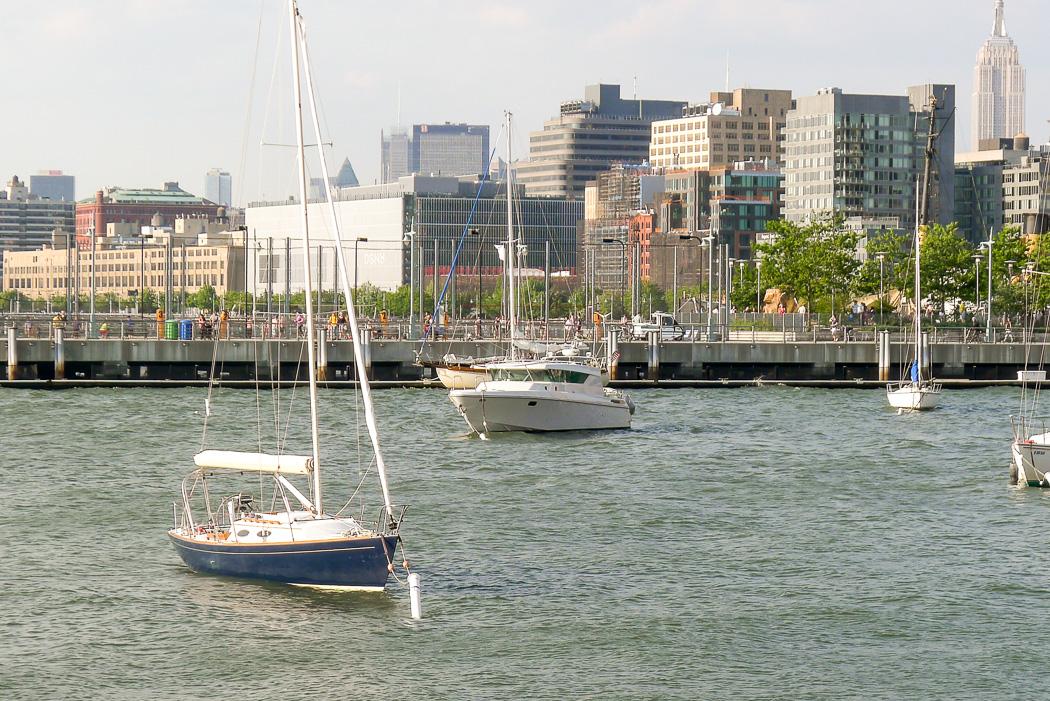 New York City, Memorial Day weekend 2015: Se där, en svensk Delta ligger förtöjd i den ganska opersonliga småbåtshamnen.