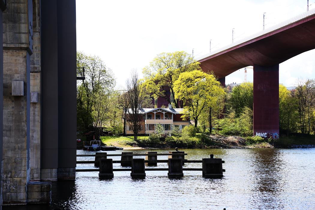Ett vackert hus har klämts in mellan tågbroarna vid Liljeholmen.