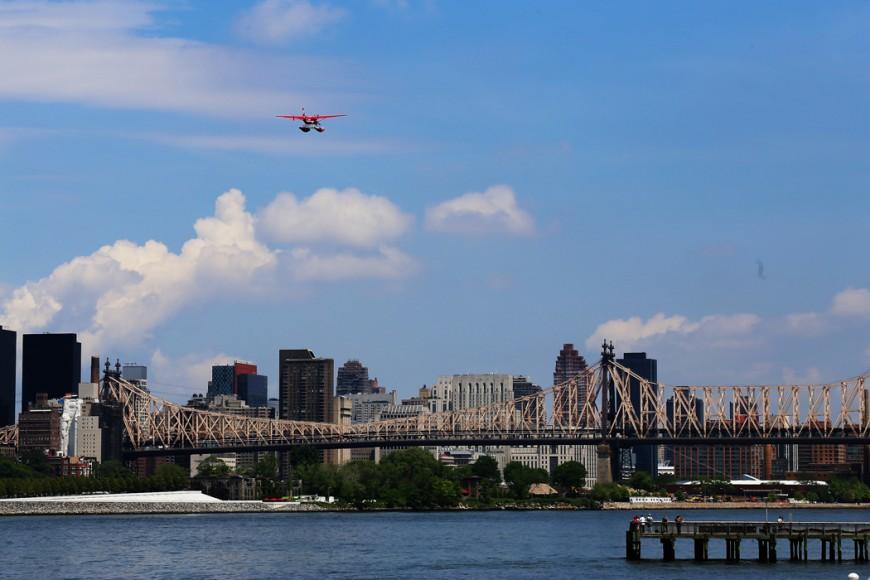 Ett pontonplan lyfter från East River.