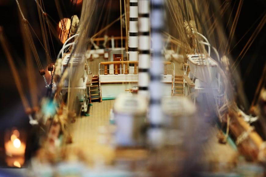 Modell av ett segelfraktskepp inne på Water Club.