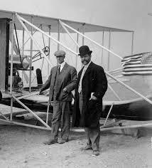 Bröderna Wright vid en av sina flygande maskiner när förra seklet var ungt.