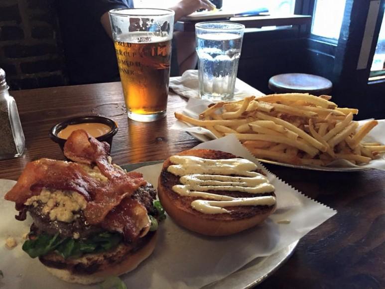 En Little Italy burger med fries på huskrogen Black Iron.