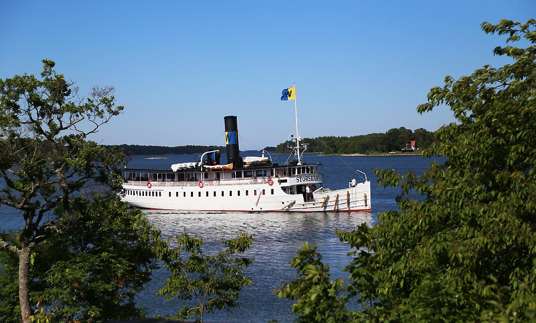 Storskär anlöper bryggan vid Finnhamn/Stora Jolpan i juni 2015.