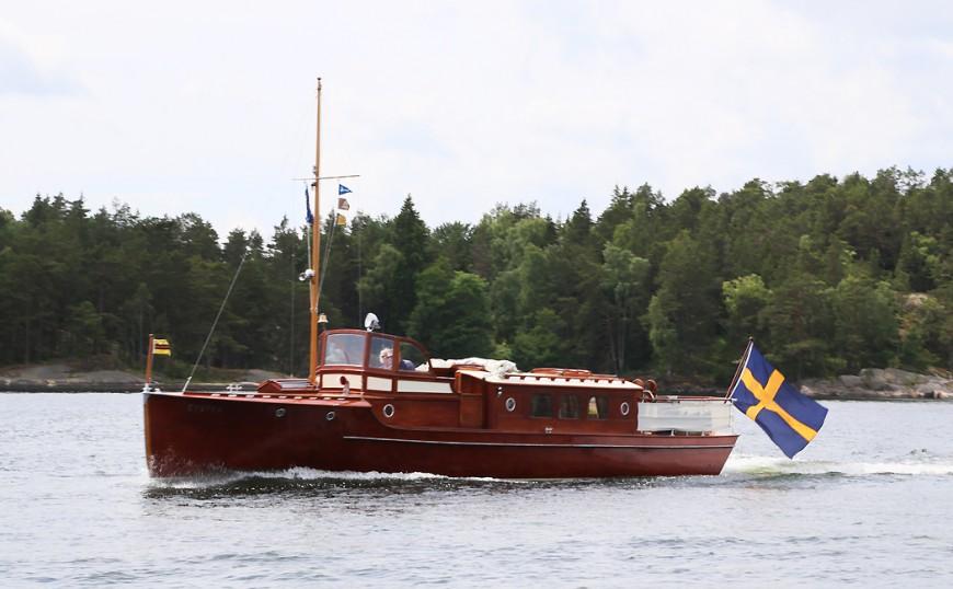...följs av ännu en magnifikt fin salongsbåt nära Finnhamn.