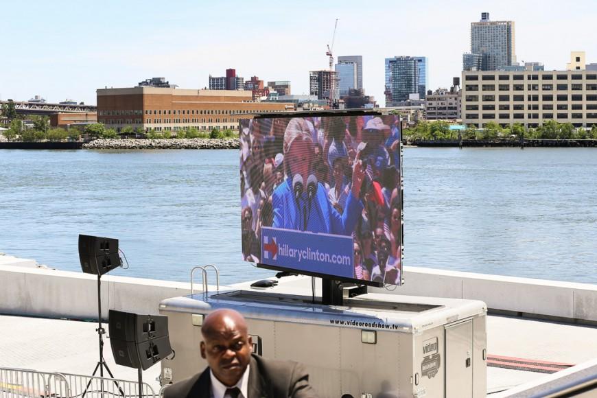 En storbildsskärm visar talet för dem som inte fick plats i Four Freedoms Park.