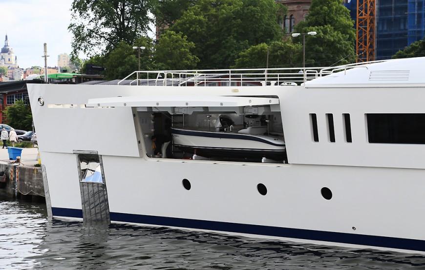 Grace E har småbåtar ombord att lattja runt med.