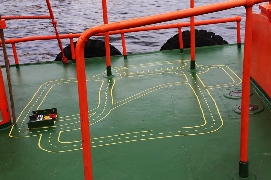 Någon har barn ombord: en bilbana har målats på däcket på den här gamla lotsbåten.