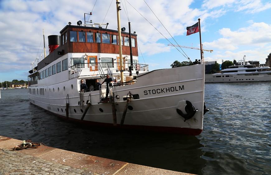 Stockholm lägger till vid Nybrokajen.