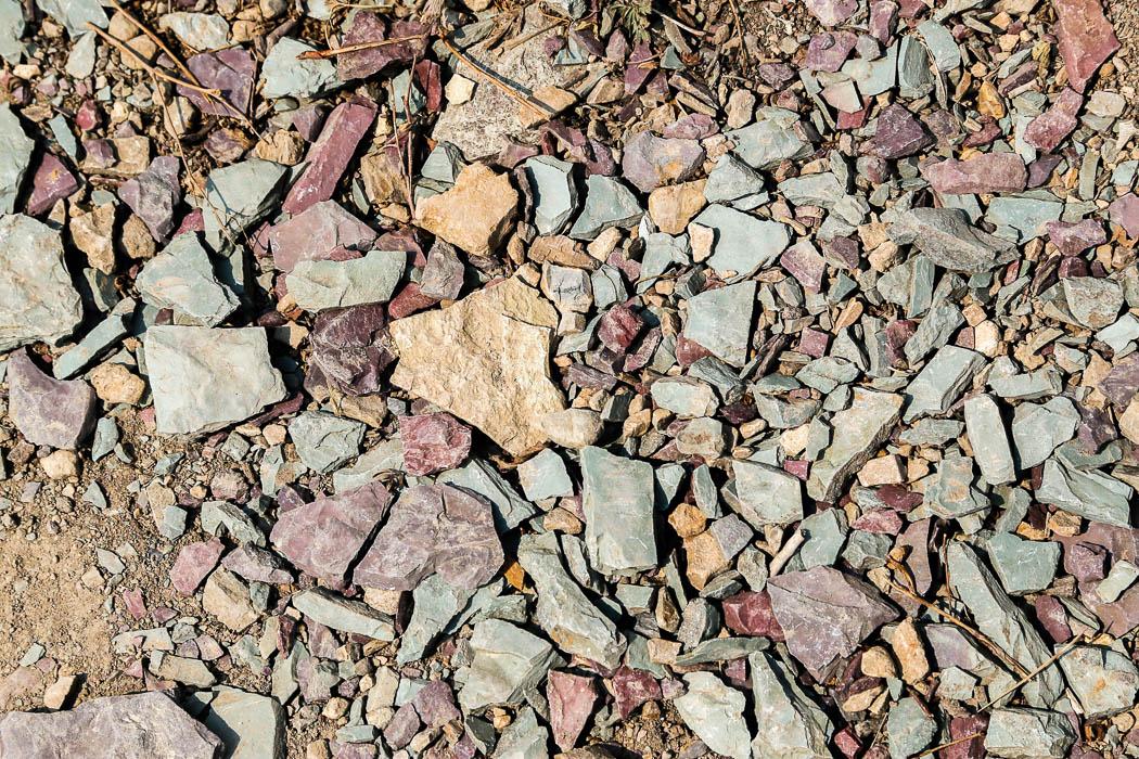 Märklig färg på stenarna – här finns bergarter i rött, grönt och gult.
