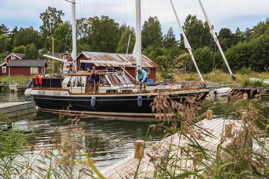 En prima Nauticat, den stora äldre modellen på, tror jag, 44 fot eller så, manövrerar sig in i den inre hamnen.