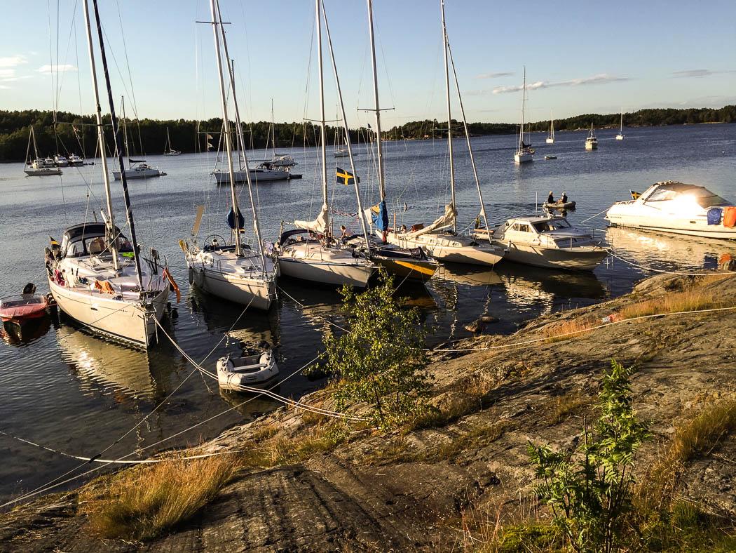 Nåttarö i början av augusti. Ett 70-tal båtar i viken denna kväll.