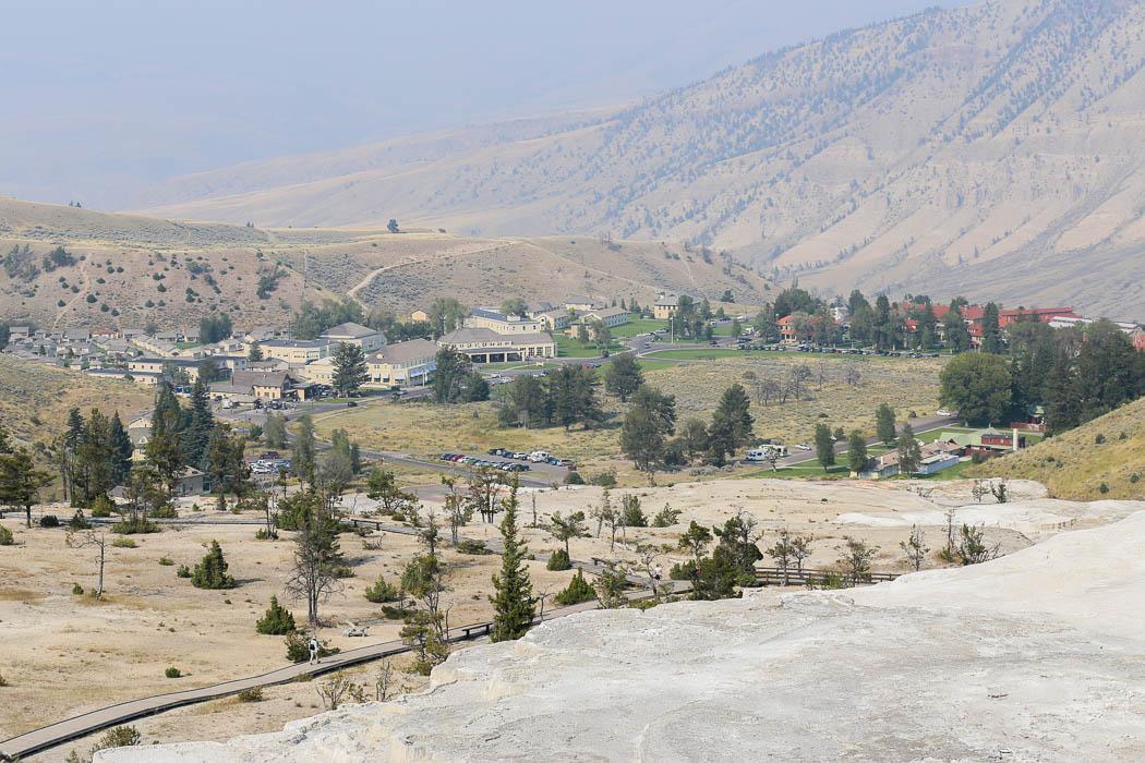Staden Mammoth Hot Springs i norra Yellowstone sedd på avständ.