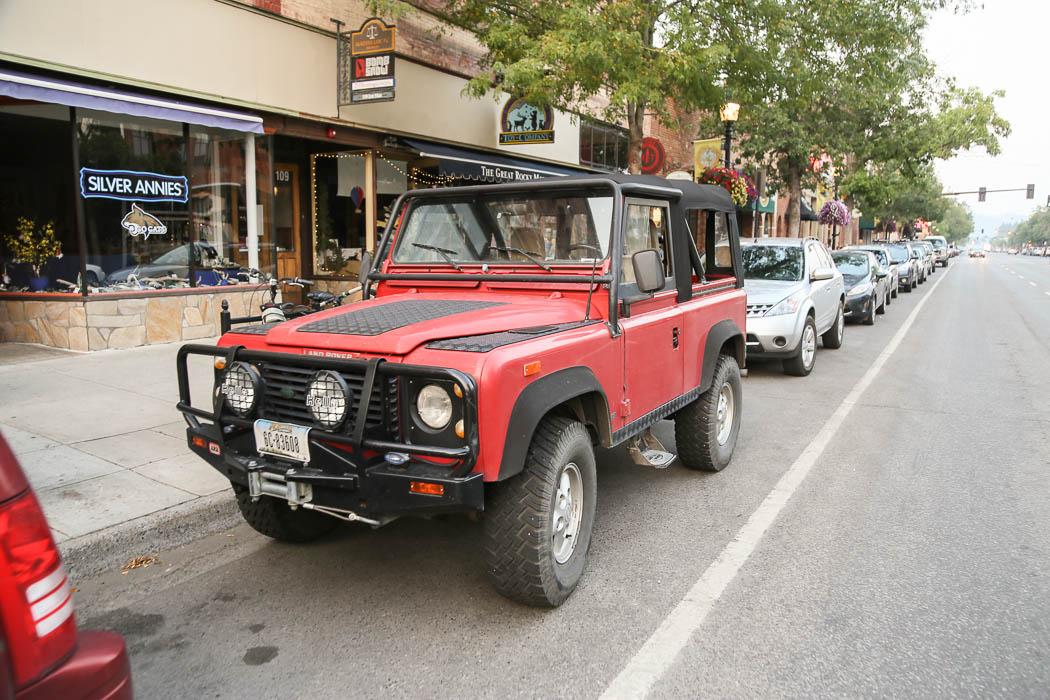En Land Rover Defender i Bozeman.