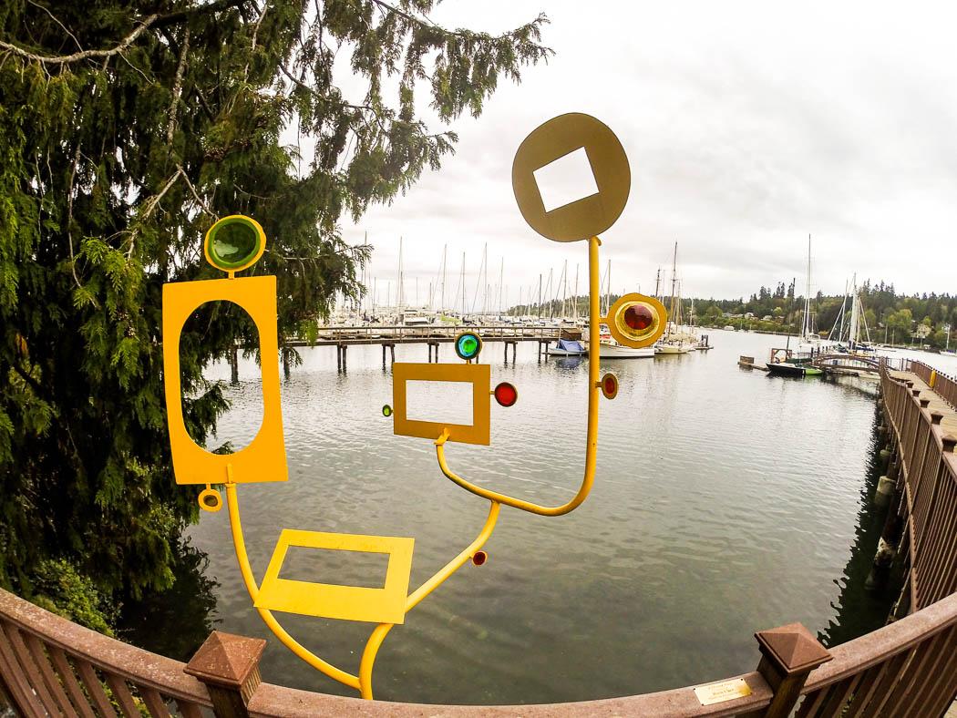 Ett mer eller mindre smakfullt konstverk vid småbåtshamnen i Eagle Harbor.