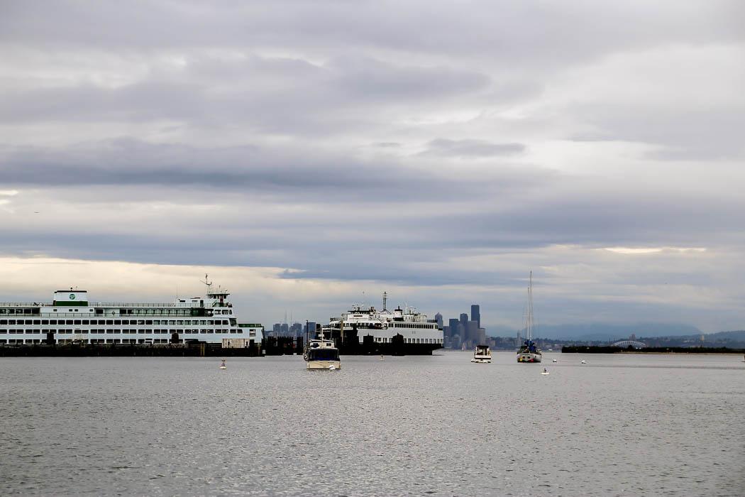 Småbåtshamnen i Eagle Harbor, Bainbridge. I fjärran bakom färjan syns Seattles siluett.