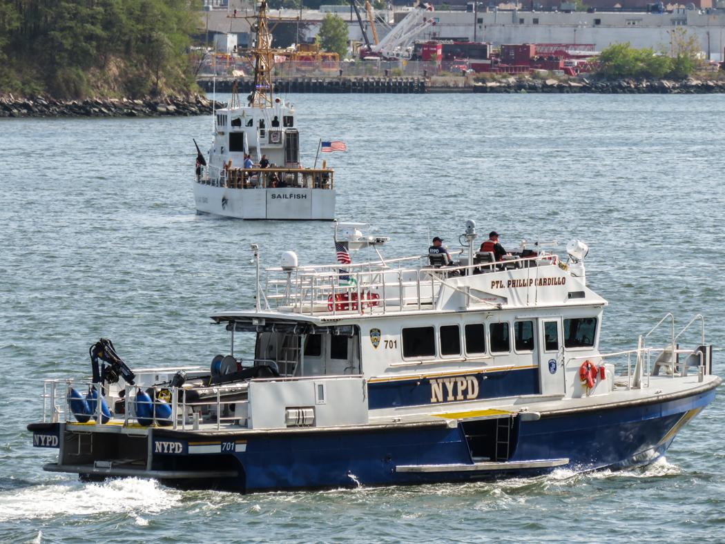 Polisbåt på patrull på East River.