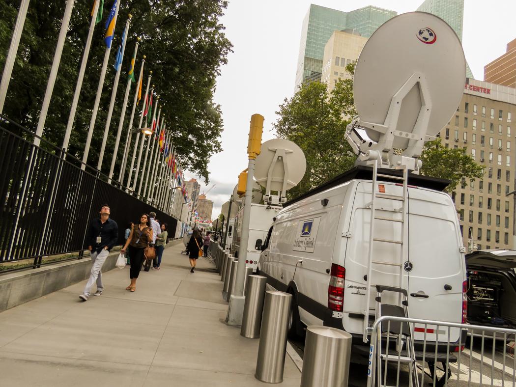 TV-bussarna står uppställda utanför FN-högkvarteret på östra Manhattan.