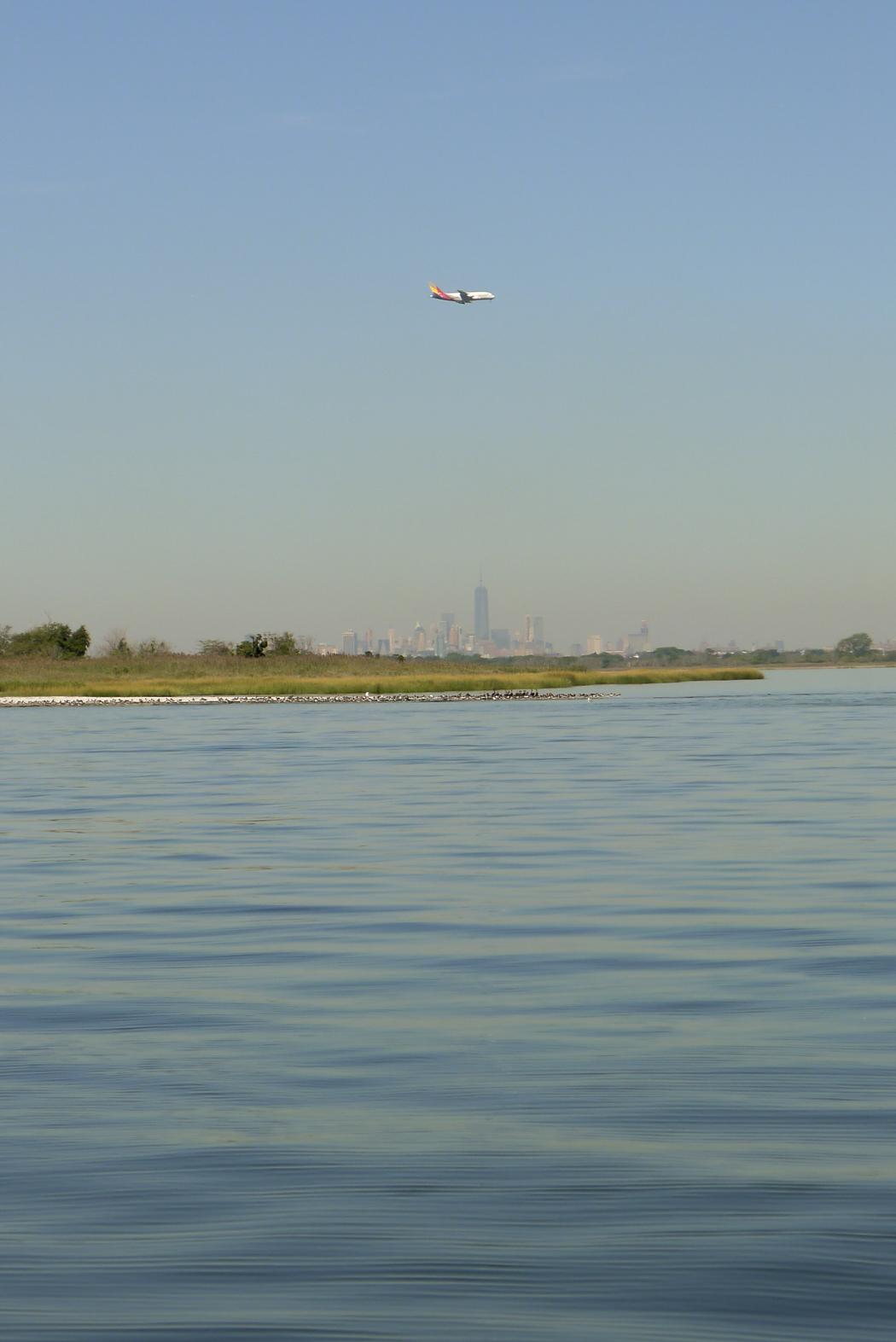 Plan in för landning till JFK, med Manhattans skyskrapor i fjärran.