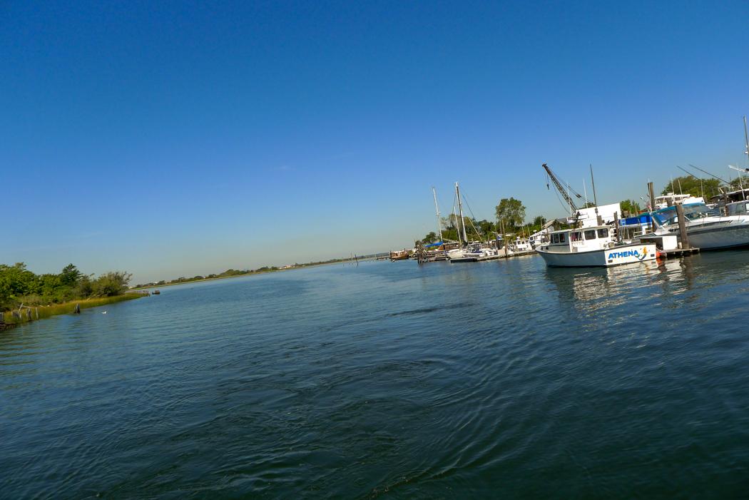 Inloppet till en småbåtsmarina i Jamaica Bay.