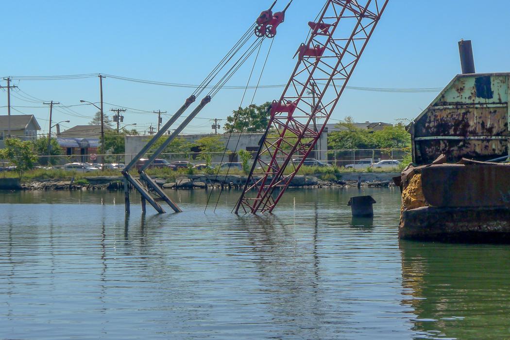 En sjunken kran efter superstormen Sandy 2012.