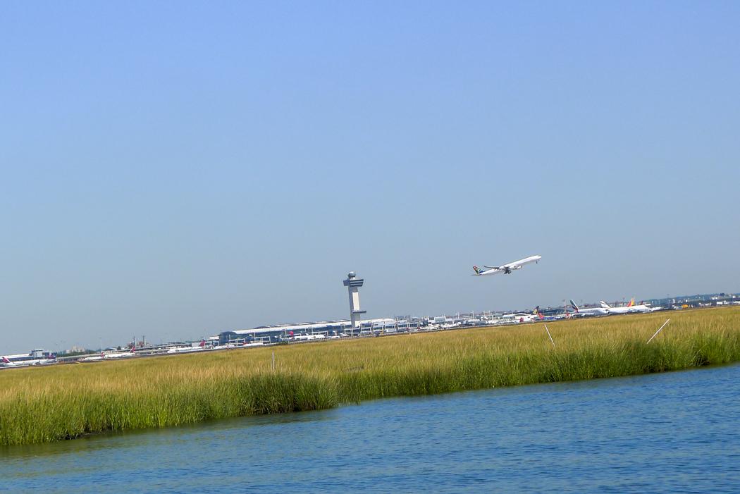 Megaflygplatsen JFK ligger strax norr om Jamaica Bay i Queens.