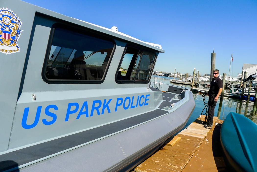 Parkpolisens båt lägger till.