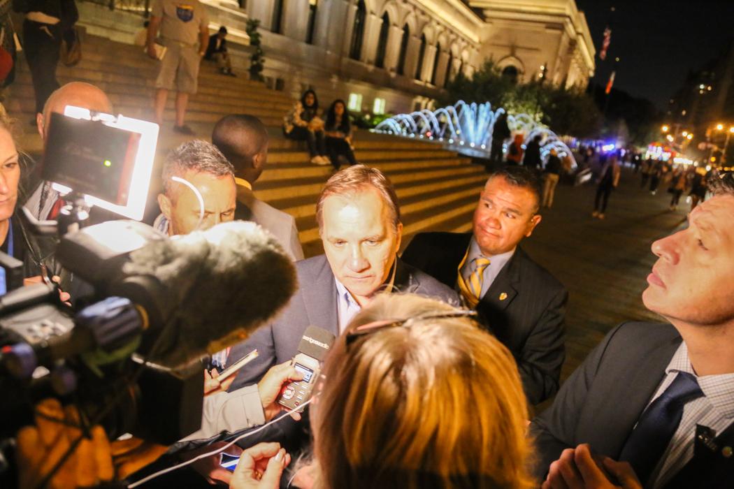 Improviserad presskonferens med Stefan Löfven på trottoaren. Notera Säpo-killarna till höger. Festliga typer.